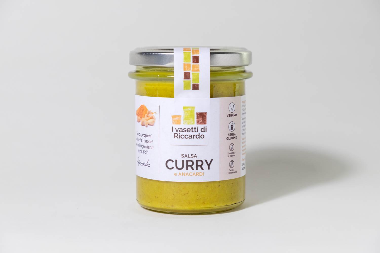 Immagine che presenta un vasetto di salsa di curry e anacardi.
