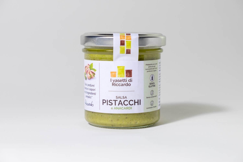 Immagine che presenta un vasetto di salsa pistacchi e anacardi.